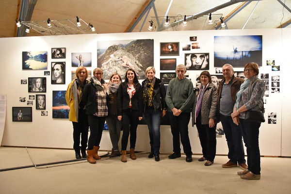 Jenny Gutmann entourée de quelques étudiants en photographie.